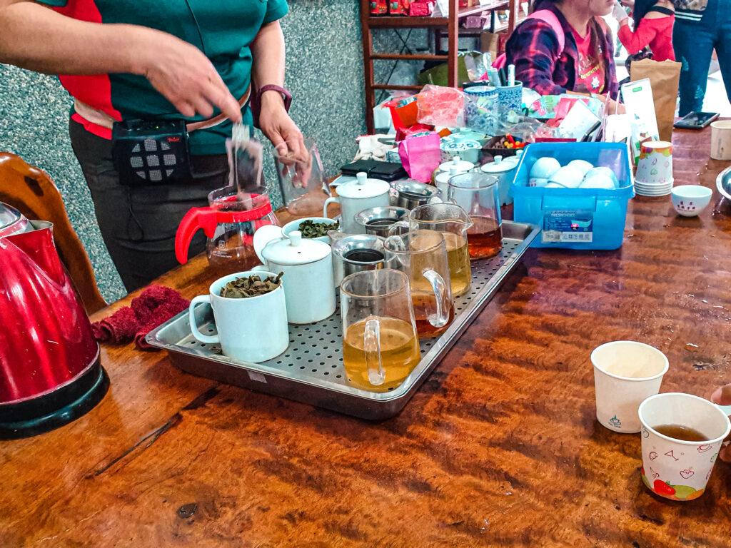 老闆現泡有機茶給大家喝 有機茶 小農