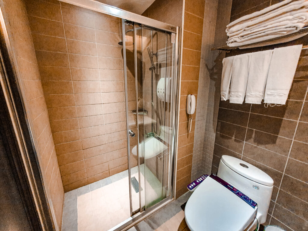 廁所簡單乾淨 娜路彎花園酒店 飯店廁所
