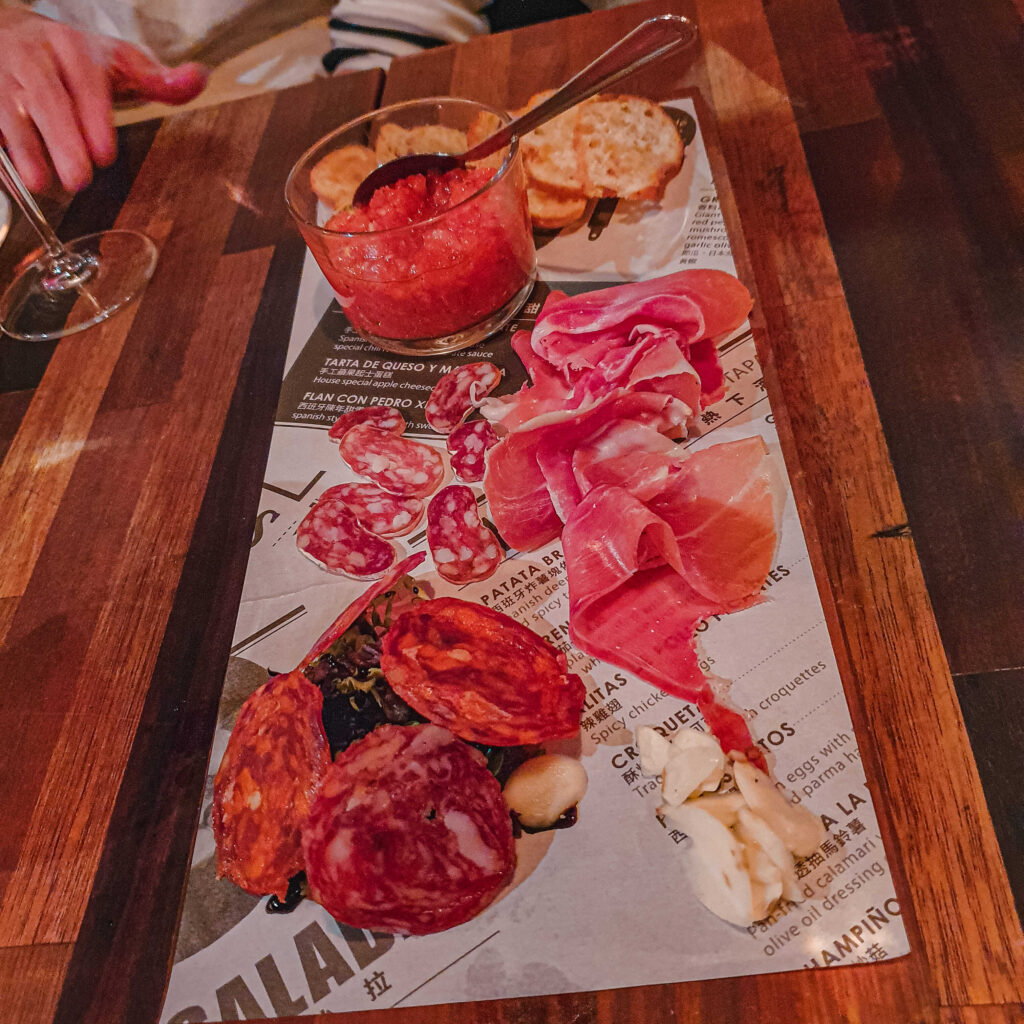 PS TAPAS 西班牙餐酒館 必點單品第一道當然就是這個火腿臘腸拼盤!